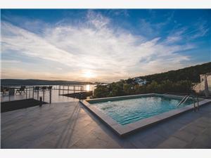 Dům Villa Ella Jadranovo (Crikvenica), Prostor 230,00 m2, Soukromé ubytování s bazénem, Vzdušní vzdálenost od moře 50 m