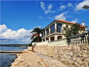 Appartementen Laura-directly on the beach Maslenica (Zadar), Kwadratuur 35,00 m2, Lucht afstand tot de zee 15 m, Lucht afstand naar het centrum 300 m