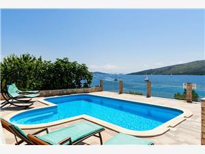 Dom Villa Ivo Poljica, Rozloha 300,00 m2, Ubytovanie sbazénom, Vzdušná vzdialenosť od mora 40 m