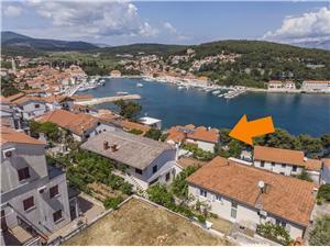 Apartmanok és Szoba Carić Jelsa - Hvar sziget, Méret 35,00 m2, Légvonalbeli távolság 150 m, Központtól való távolság 500 m