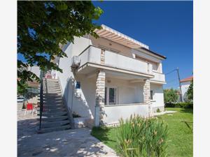 Apartmaji Dekanić Dalibor Baska - otok Krk, Kvadratura 60,00 m2, Oddaljenost od centra 250 m