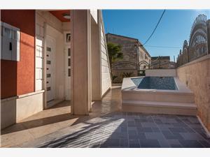 вилла Sara Trogir, квадратура 170,00 m2, размещение с бассейном, Воздух расстояние до центра города 100 m