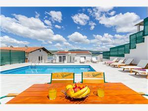 Appartementen Antonia Arbanija (Ciovo), Kwadratuur 25,00 m2, Accommodatie met zwembad, Lucht afstand tot de zee 10 m