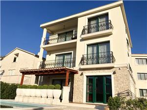 Dům Veronika Rogoznica, Prostor 300,00 m2, Soukromé ubytování s bazénem, Vzdušní vzdálenost od moře 50 m