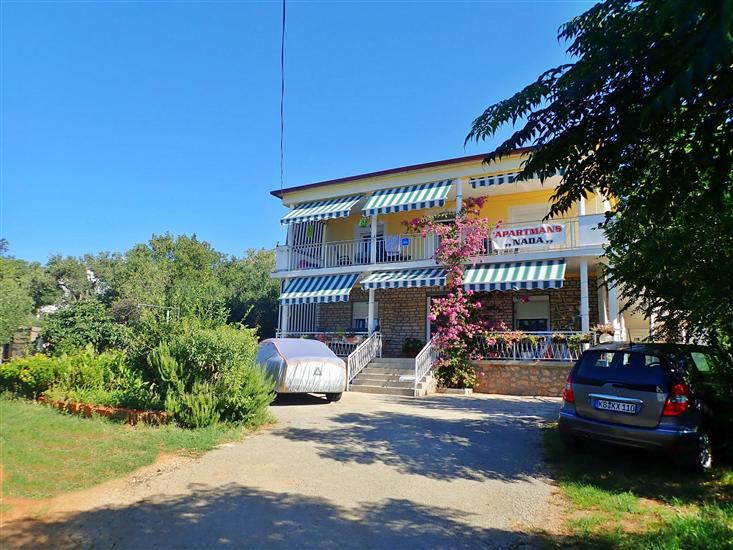 Apartments Nada-on quiet location in center of Starigrad