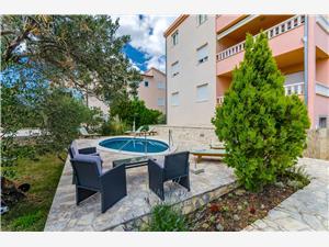 Apartmány Melita Okrug Gornji (Ciovo), Rozloha 100,00 m2, Ubytovanie sbazénom, Vzdušná vzdialenosť od mora 80 m