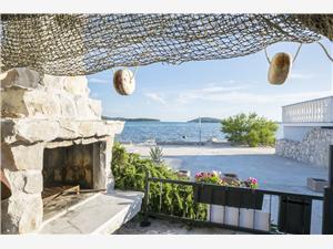Dom Ivana Krapanj - wyspa Krapanj, Powierzchnia 40,00 m2, Odległość do morze mierzona drogą powietrzną wynosi 100 m, Odległość od centrum miasta, przez powietrze jest mierzona 100 m