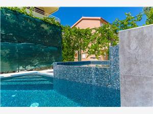 Apartmani Ana I Okrug Gornji (Čiovo), Kvadratura 44,00 m2, Smještaj s bazenom, Zračna udaljenost od mora 150 m