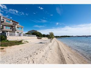 Appartementen Villa Marija II on the beach Zadar Riviera, Kwadratuur 90,00 m2, Lucht afstand tot de zee 10 m