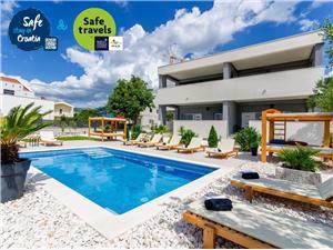 Apartmanok Gabriel's Paradise Kastel Luksic, Méret 56,00 m2, Szállás medencével, Központtól való távolság 800 m