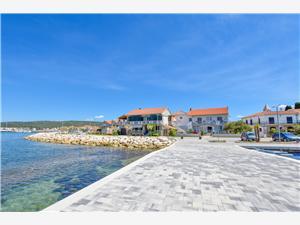 Apartamenty Marica Sukosan (Zadar), Powierzchnia 50,00 m2, Odległość do morze mierzona drogą powietrzną wynosi 20 m, Odległość od centrum miasta, przez powietrze jest mierzona 100 m