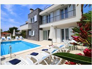 Апартамент Nika Primosten, квадратура 100,00 m2, размещение с бассейном