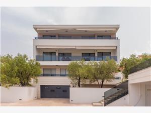 Apartmaji Dora Okrug Gornji (Ciovo), Kvadratura 63,00 m2, Namestitev z bazenom, Oddaljenost od morja 150 m