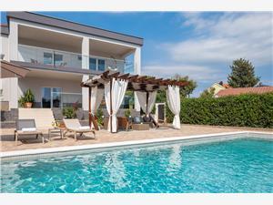 Vila Peregrine Pakostane, Prostor 170,00 m2, Soukromé ubytování s bazénem, Vzdušní vzdálenost od centra místa 600 m
